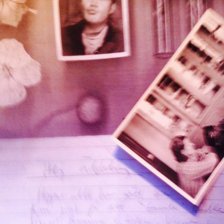 """Rosa, suddigt kollage med fragment av två foton och en handskriven lapp med texten """"hej älskling"""""""